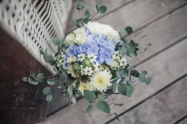 Wo ist der Brautstrauß und wer überreicht ihn der Braut?